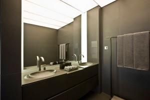 roca-spazio-bagno-armani-roca-bagno-lussuoso-con-area-wellness-vasca-da-bagno-in-flow-con-idromassaggio-rubinetteria-hybrid-vaso-in-tank-meridian-luxory-toilet-leman-avant-lavabo-amberes-hide-seat