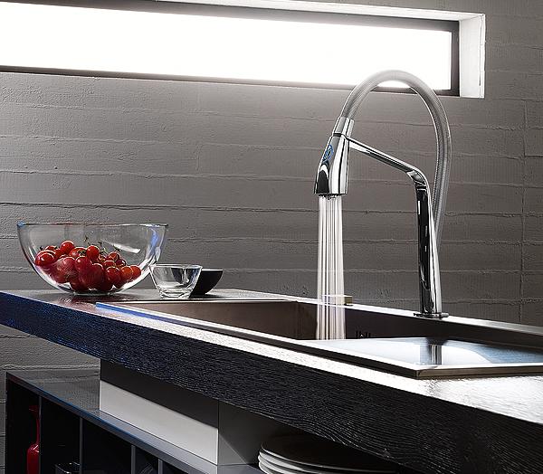Kizoku il primo miscelatore lavello con tastiera di - Cucine moderne con finestra sul lavello ...