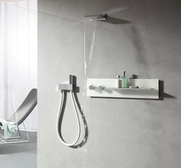 Gli utenti sperimentano la forza primordiale dell'acqua con la doccia a cascata Time_spa di Keuco