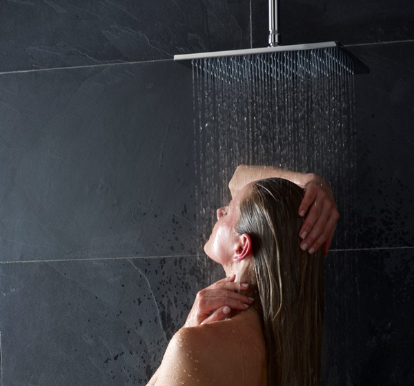I soffioni doccia extra large Ideal Standard simulano differenti tipi di pioggia