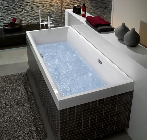 Un sistema whirlpool nella vasca da bagno offre nuove opportunità di relax nel bagno di casa