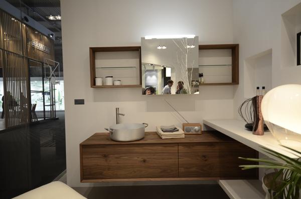 Stand PUNTOTRE | Bagno con cornice in legno