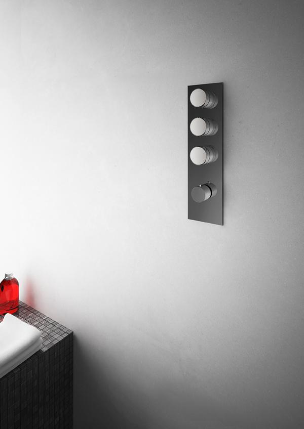 Nell'immagine, incasso doccia della nuova collezione Texture di FIMA Carlo Frattini firmata da Meneghello Paolelli Associati. Qui proposta con texture (X) Cross, il cui naming svela un'elegante superficie sfaccettata, ispirata alla preziosa pietra diamante per ambienti sofisticati, con top delle manopole nella finitura cromata. Dal basso, manopola termostatica. Sopra, ogni manopola governa una uscita.